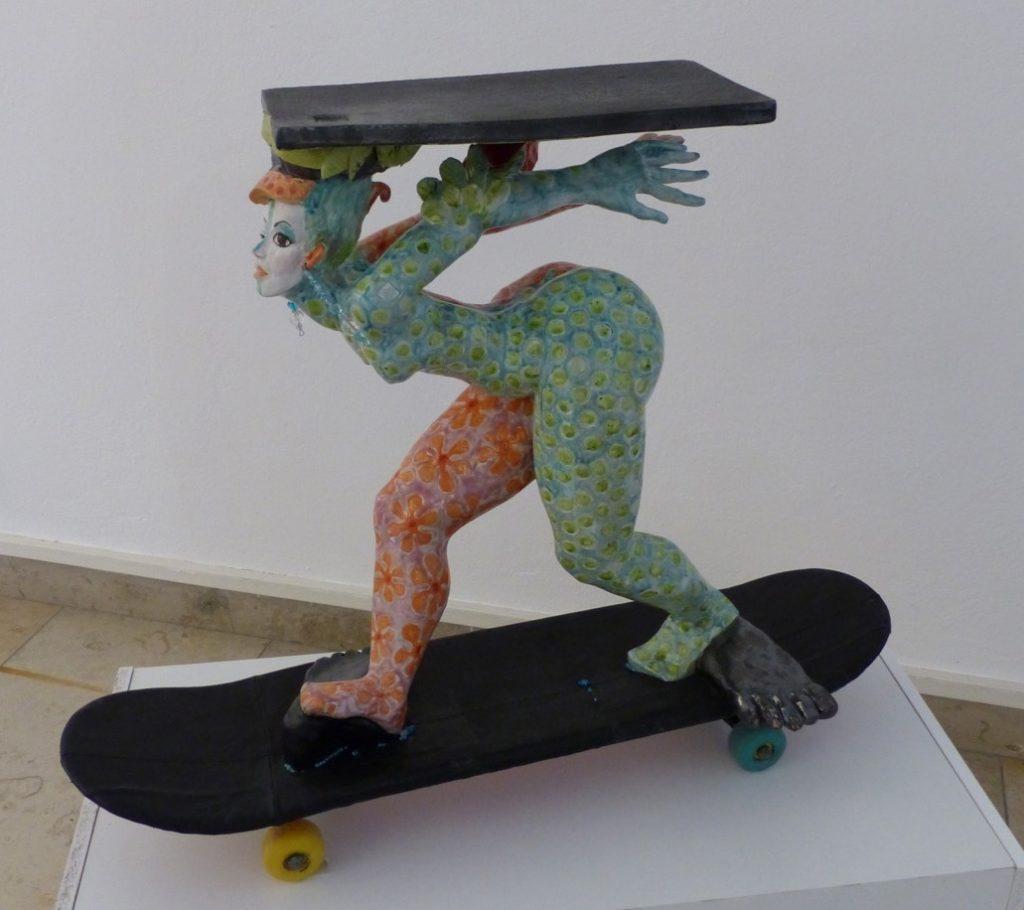 """Lucie Sommer-Leix, """"LKW - Donna Elvira"""", handgefertigte Steinzeugskulptur (glasiert, auf lederbezogenem Skateboard), 78 x 29 x 64 cm, 4800 EUR"""