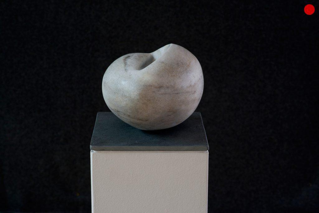 """Elke Wieland, """"Innen – Außen"""", 2017, Cristallina-Marmor, 25 x 22 x 20 cm, verkauft"""