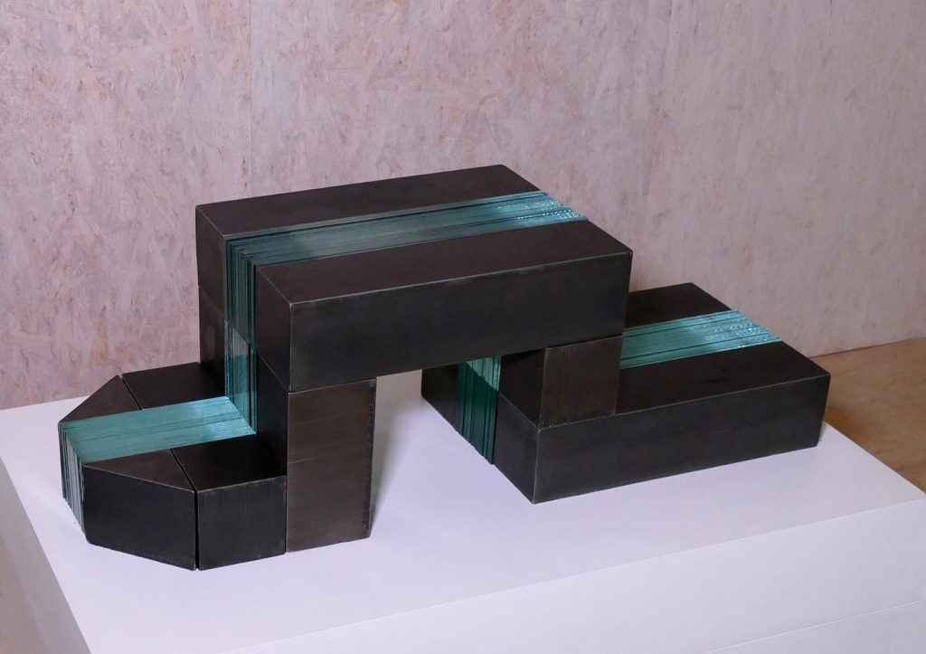 """Benedikt Zint, """"Enttarnt"""", Stahl/Glas, 30 x 90 x 30 cm, 4800 EUR"""