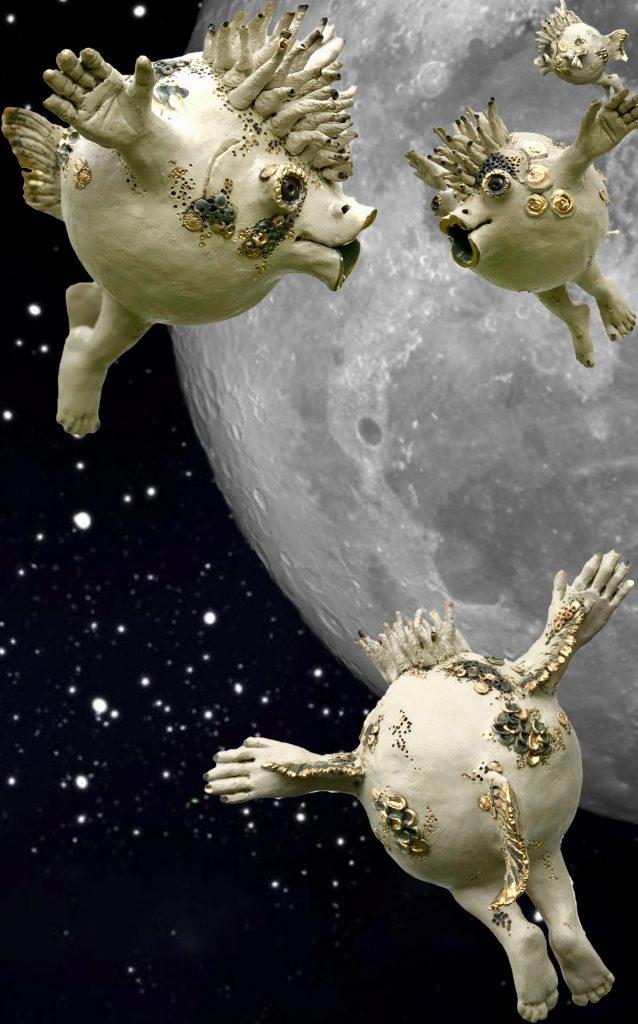 """Jutta Hedwig Schöffl, """"Fly me to the moon"""", Frei modellierte und aufgebaute Steinzeugplastik auf einem Metallstab stehend, ca. 25 x 32 x 28 cm, 880 €"""